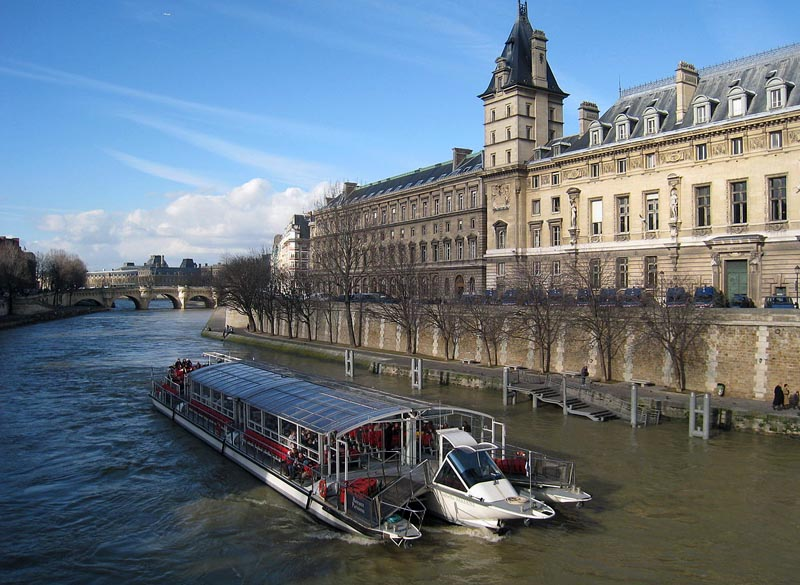 ccommons-Daderot-Seine_view_with_tourist_boat-small