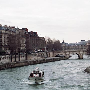 Difficile de trouver une place dans un bateau-école à Paris ?